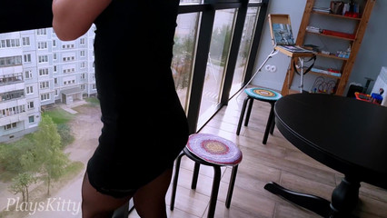 Возбужденная девка без трусиков мастурбирует перед панорамными окнами